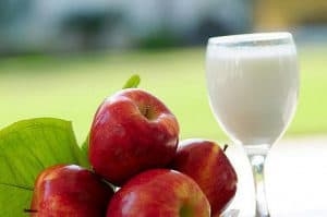 グラスの中の赤いリンゴと牛乳