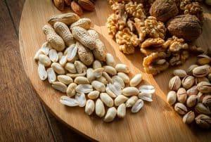 板の上のナッツ