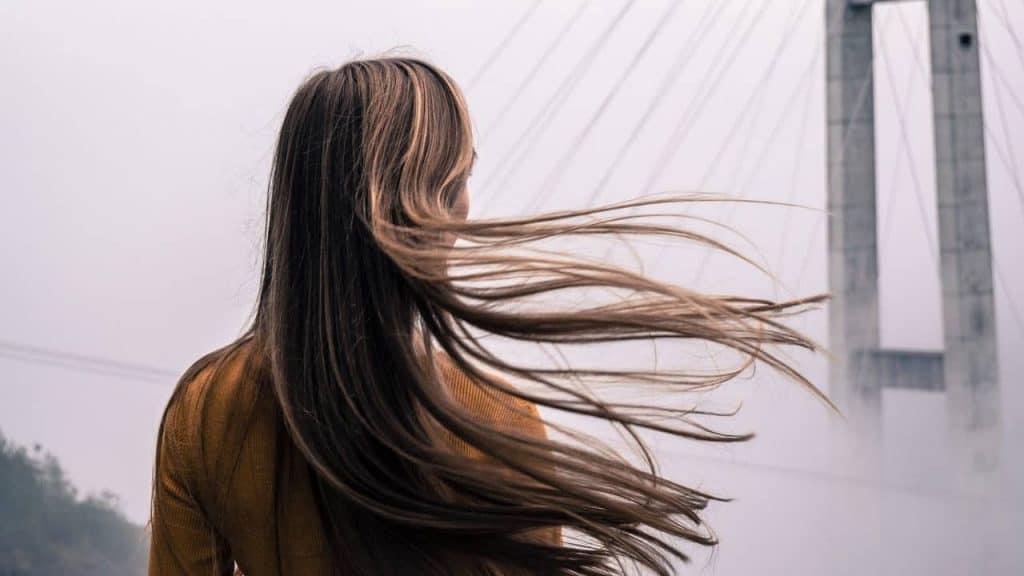束ね髪の女