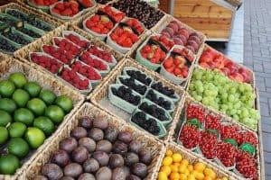 市場のバスケットの果物