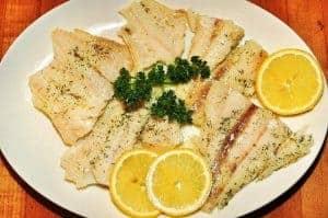 レモンスライスを皿に盛った魚