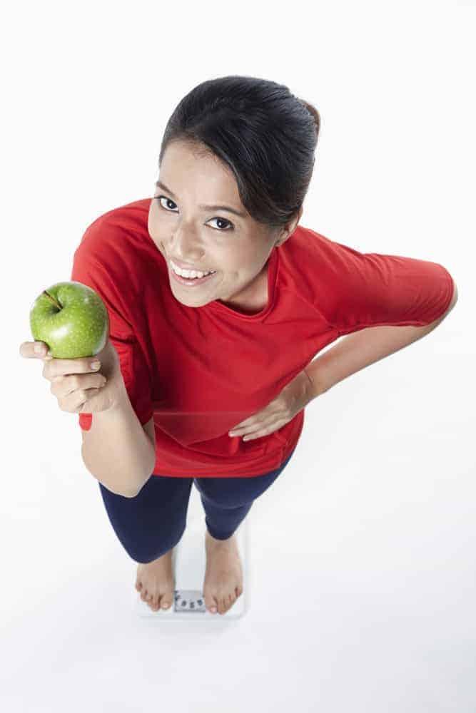 りんごを手にする