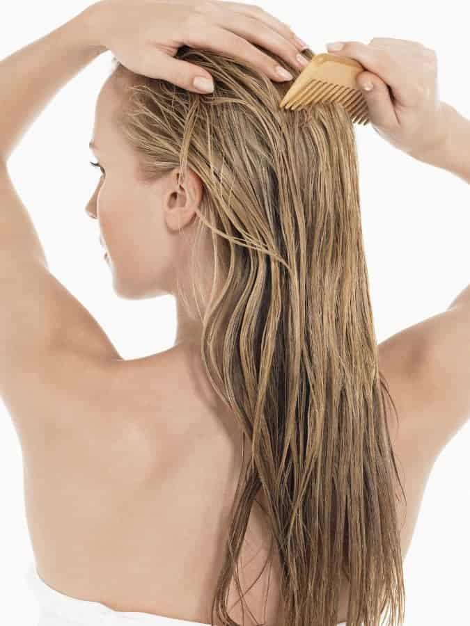 女が髪を梳く