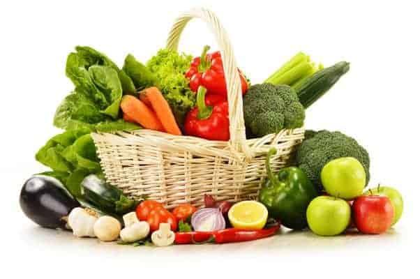 籐かごに入った野菜