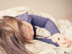 眠っている子供