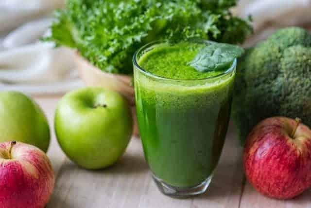 グラスに入った野菜グリーンスムージーとりんご