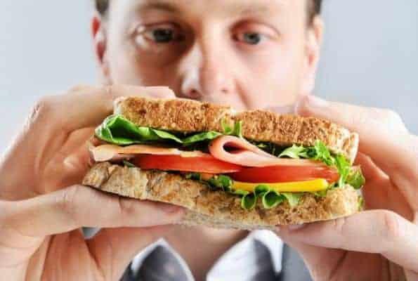 サンドウィッチを食べる