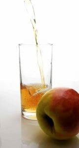 りんごとリンゴのサイダービネガーをグラスに入れて