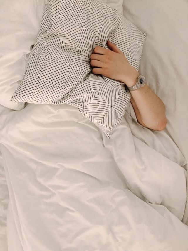 枕で覆われた男