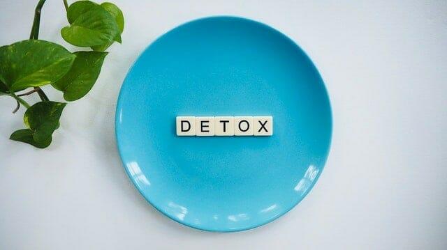 皿の上に置かれた「デトックス」という言葉