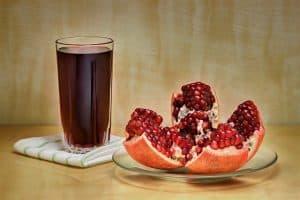 グラスに入ったジュースと刻んだフルーツ