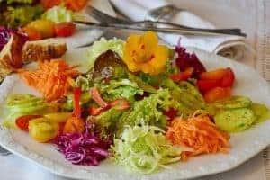 お皿に盛られた野菜サラダ