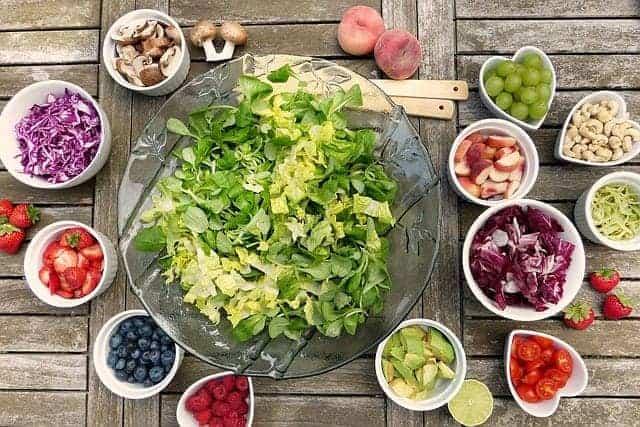 ボウルに入った野菜サラダとフルーツ