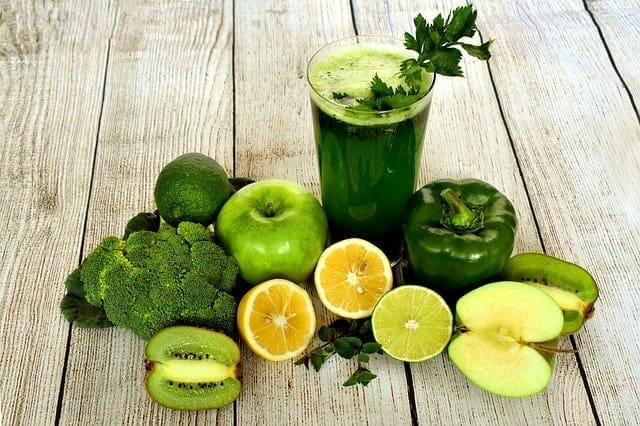 野菜のカクテル、テーブルの上の野菜や果物