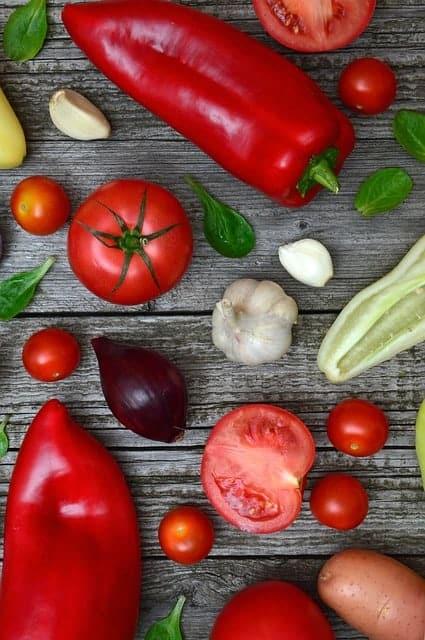 テーブルの上のカラフルな野菜