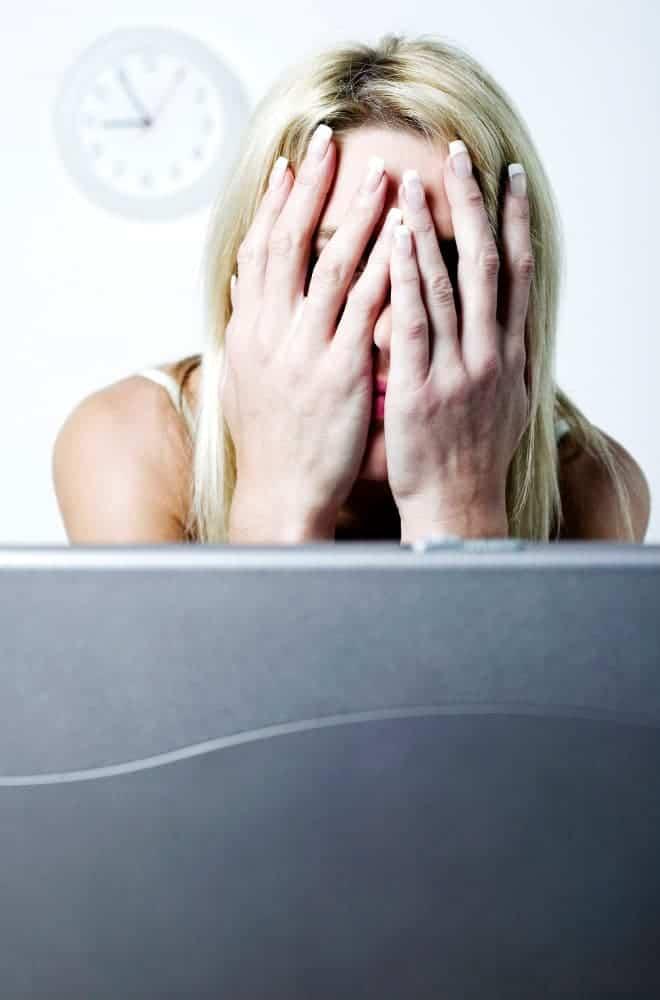 ノートパソコンの壊れた女