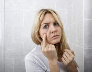 女は鏡を見る