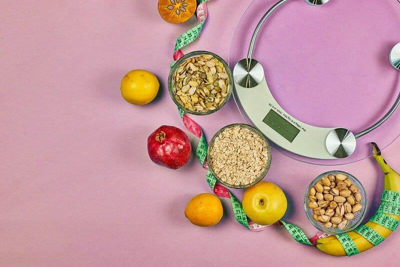 キッチンスケールと健康的なダイエット食品(穀物、果物