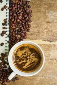 カップに入ったコーヒー豆とコーヒー