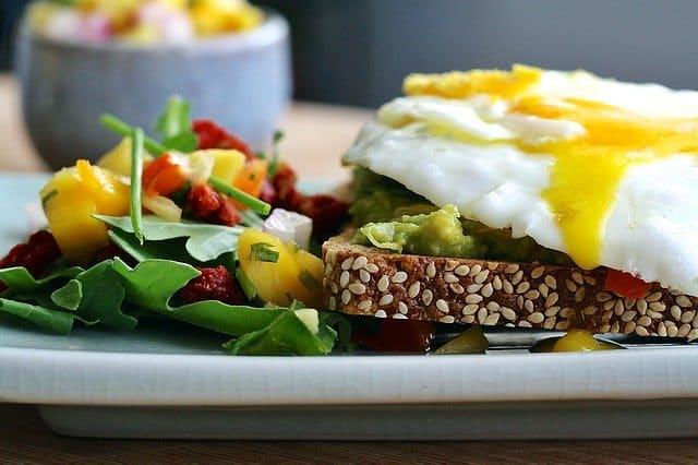 サーモジェニックダイエット、全粒粉パン、卵、野菜