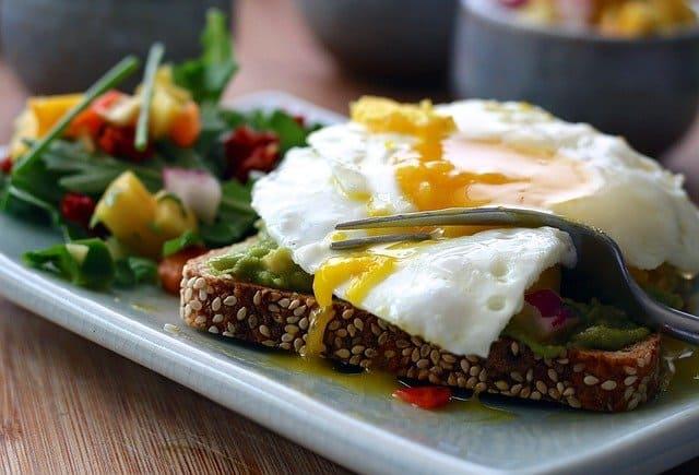 ヘルシーな食事~卵と野菜の全粒粉トースト