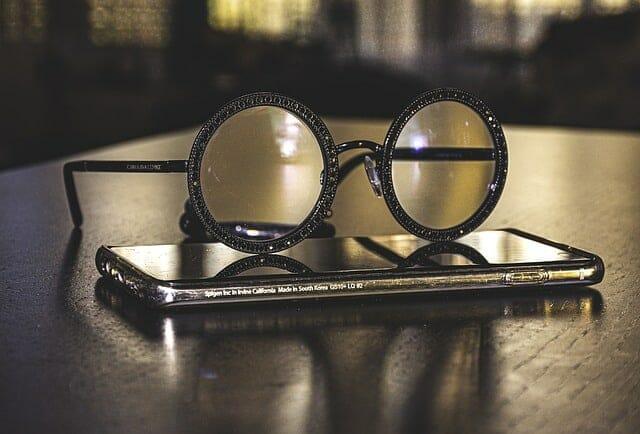 スマホに横たわるメガネ
