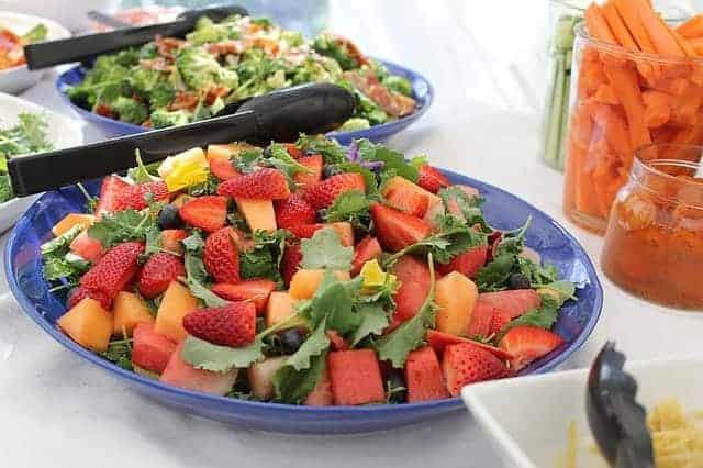 皿の上のフルーツサラダ
