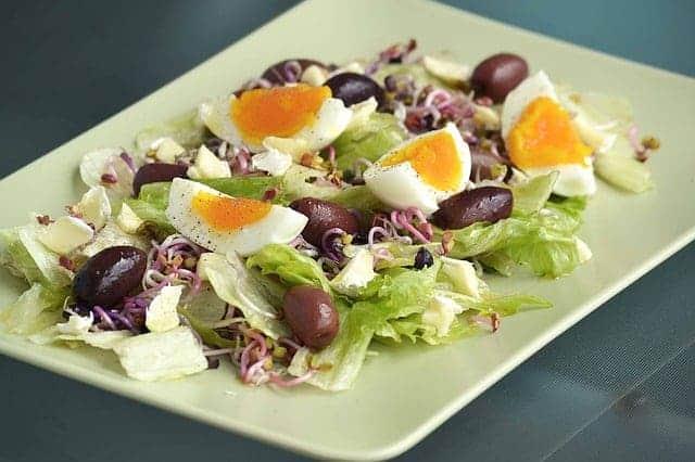 オリーブとゆで卵のサラダ