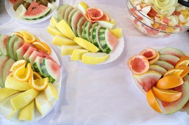 スライスしたフルーツをサラダに