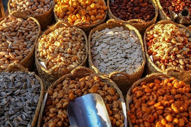 穀物やナッツの種類が異なるバスケット