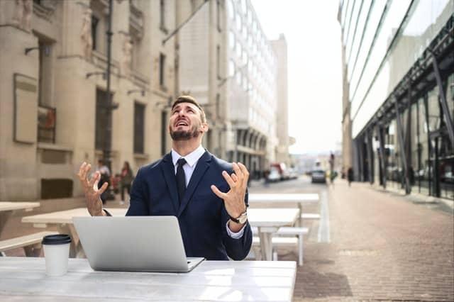 緊張しながらノートパソコンに向かう男性