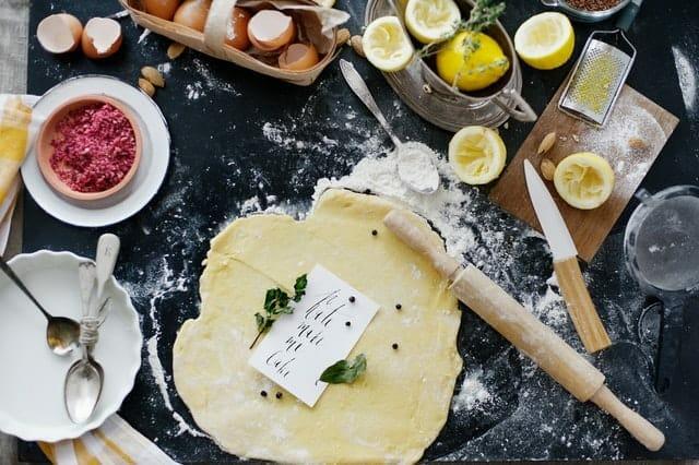 ロールアウト生地、小麦粉、卵、キッチン用品