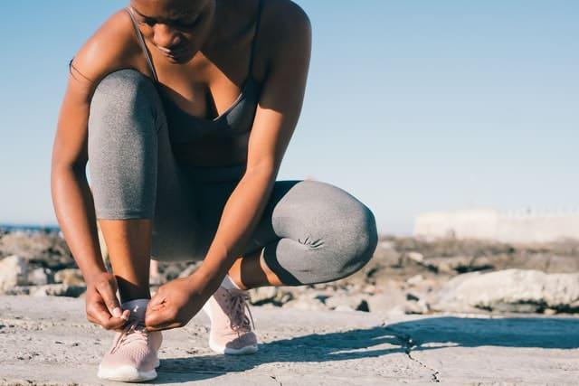 スポーツウェアを着た女性が靴を履いている