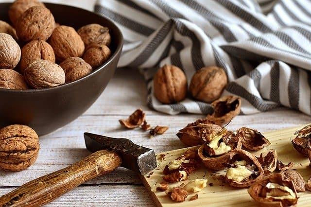 砕いたナッツ、ハンマー