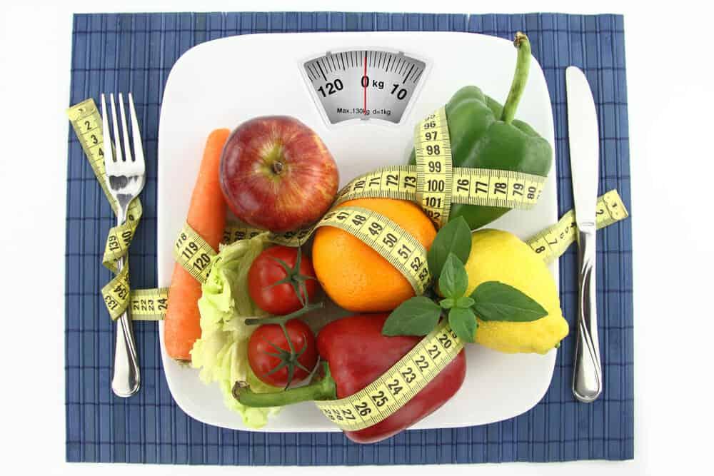 お皿の上の野菜と果物を1cmにする