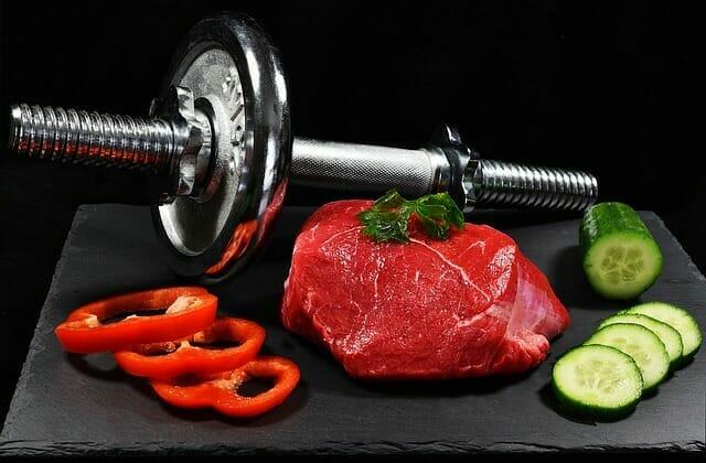 ダンベル、肉と野菜の塊