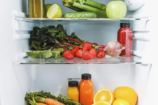 冷蔵庫の中、野菜、果物、ジュース