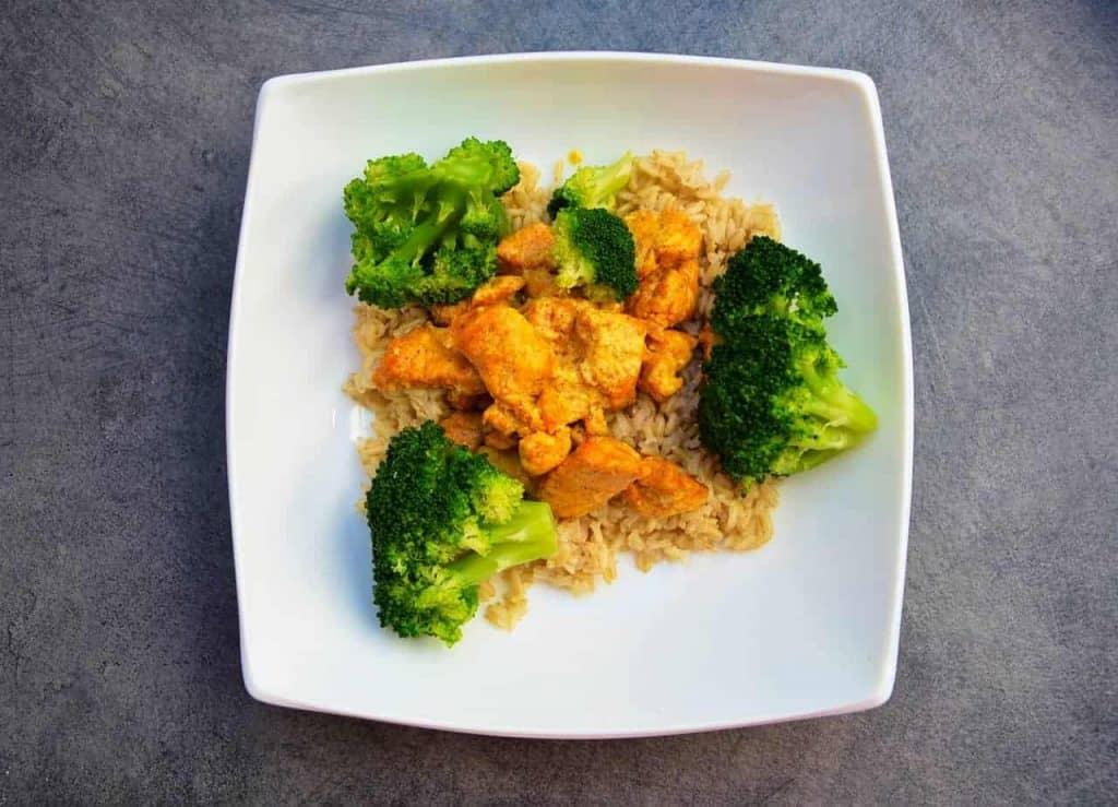 皿の上の鶏肉とブロッコリーのご飯